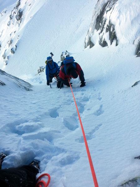 La nieve encostrada facilita la progresión pero no el aseguramiento en el Cuchillar de las Navajas